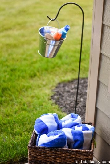 Love this Pre-play & Post-play station! Sunblock, bug spray for when you're headed out to play in the water at the birthday party, and towels for when you're done! Brilliant! http://fantabulosity.com
