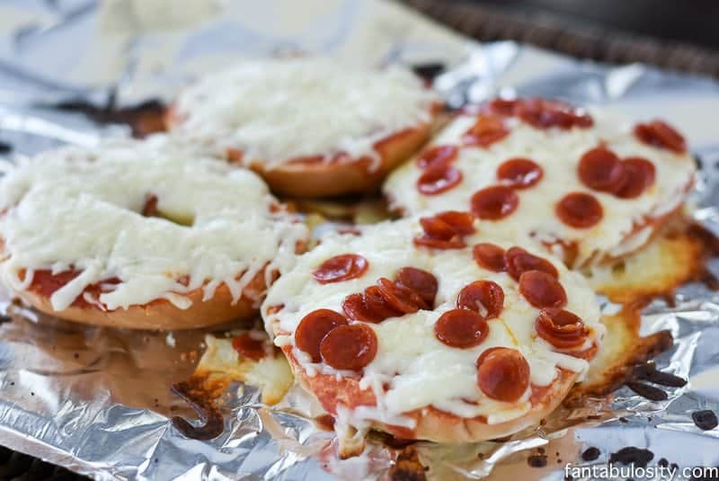 Bagel Pizzas - Kid Friendly Recipe. Ready in 15 minutes and PERFECT for a quick weeknight meal! http://fantabulosity