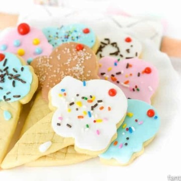 OMG SOOO cute! Ice cream cone sugar cookies! Using fondant instead of icing is so much easier!