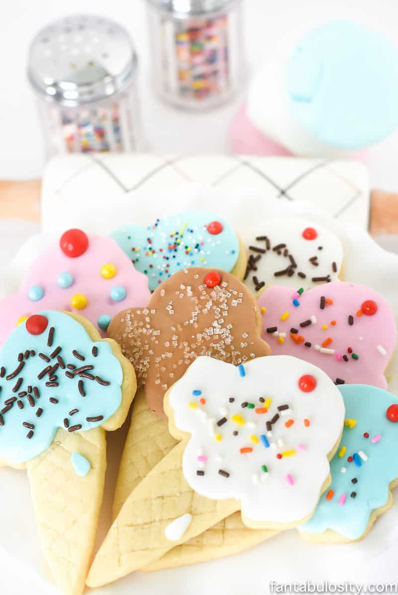 OMG how cute are these for an ice cream party!! It's just fondant, and you don't have to know how to decorate! So cool. Ice Cream Cone Sugar Cookies!