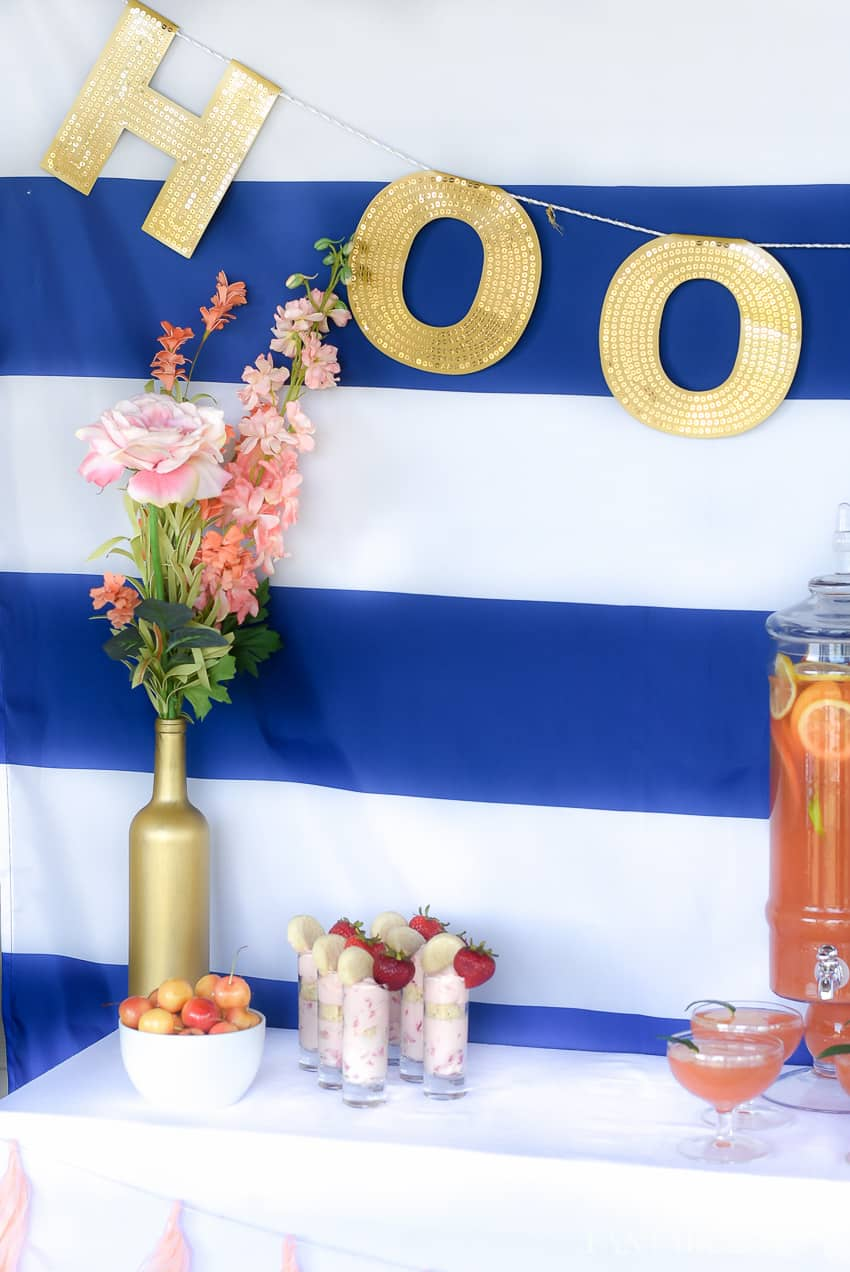 Love how navy, coral, and gold for this outdoor party decor. A summer soiree made easy!