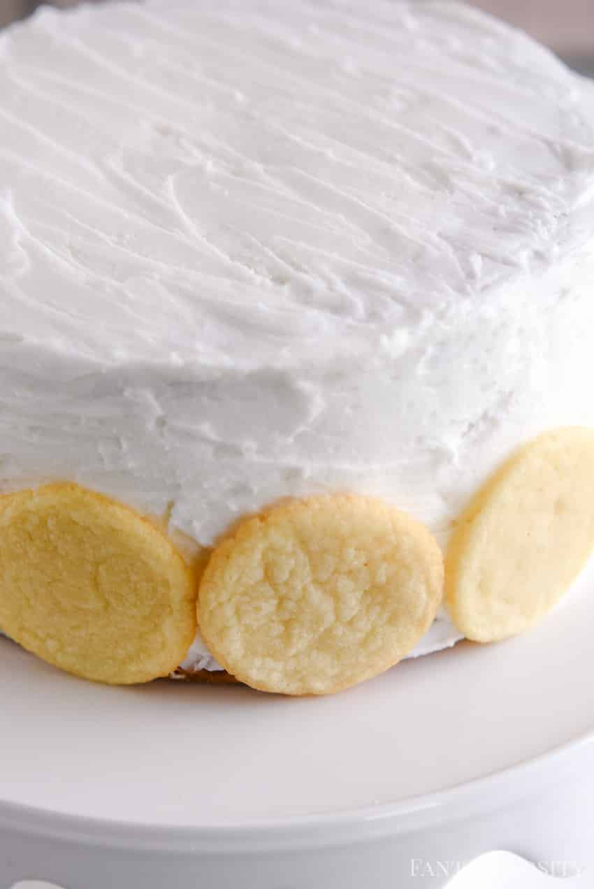 Line the bottom of the frosted cake with sugar cookies