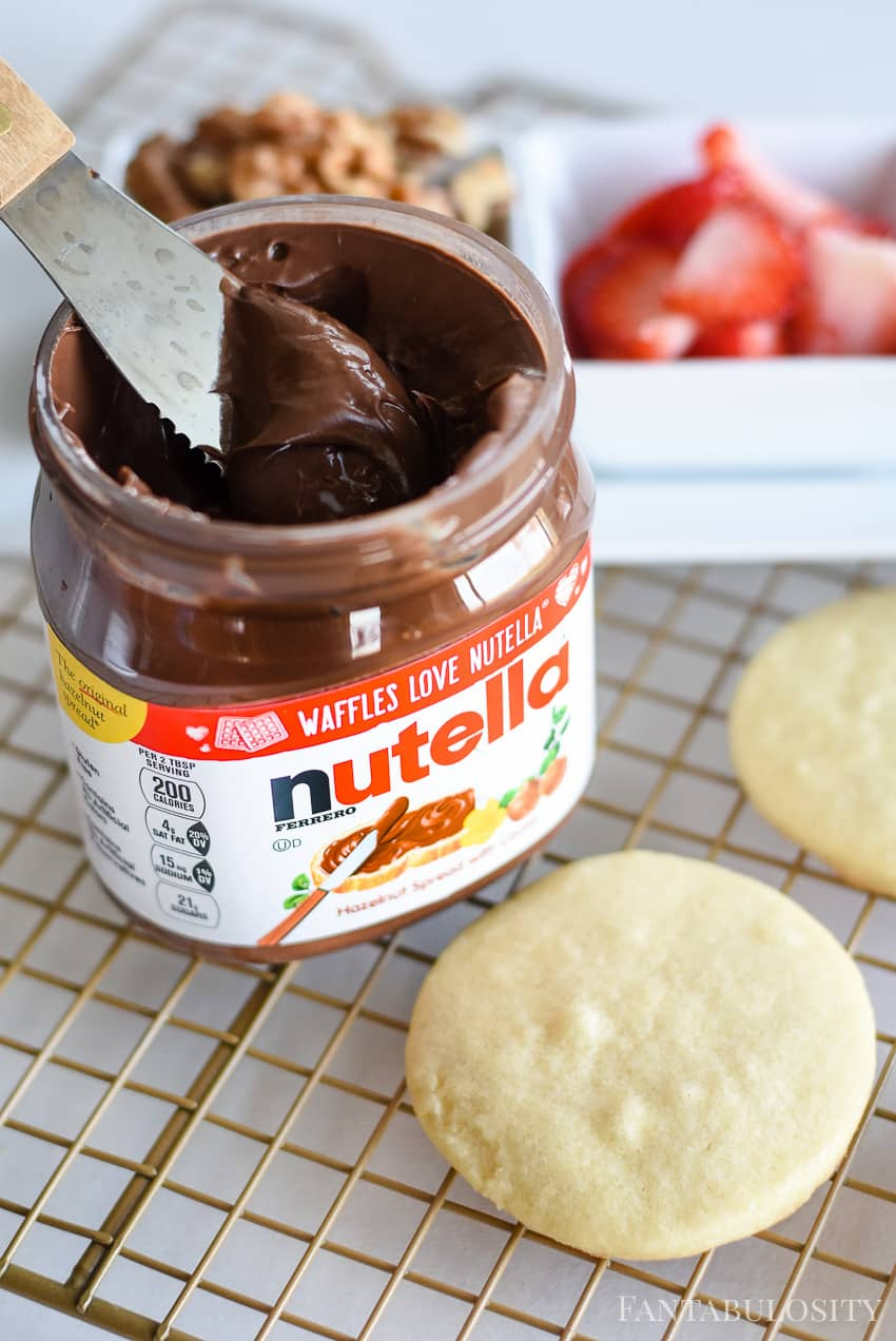 Spread Nutella on top of cookies