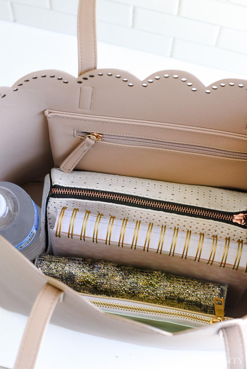 How to organize a purse: Purse organizer