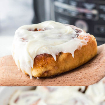 air fryer cinnamon rolls with frosting